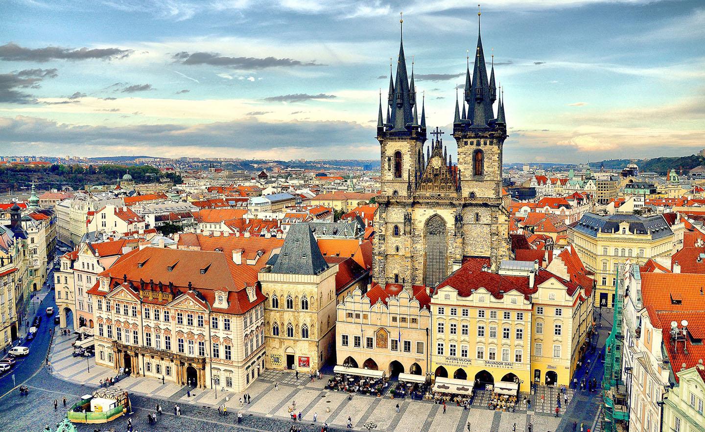 این تصویر دارای صفت خالی alt است؛ نام پروندهٔ آن Old-Town-Square-Prague-Czech-Republic.jpg است
