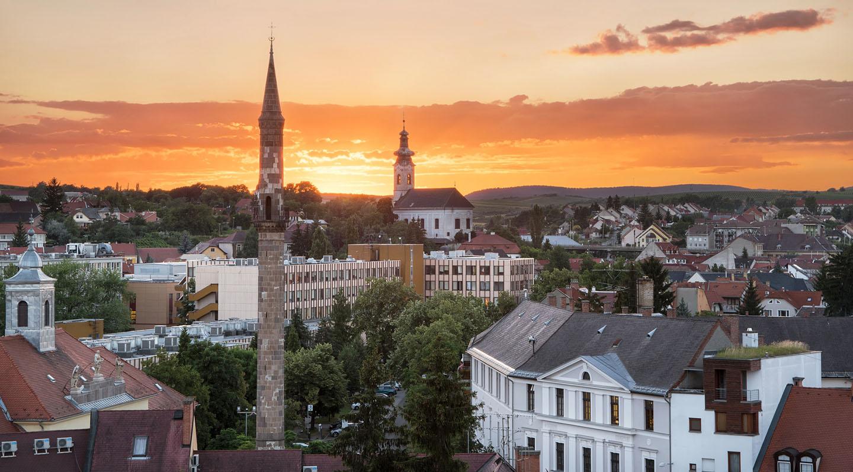 شهر Eger در مجارستان و مناره کلیسای سنت سباستین