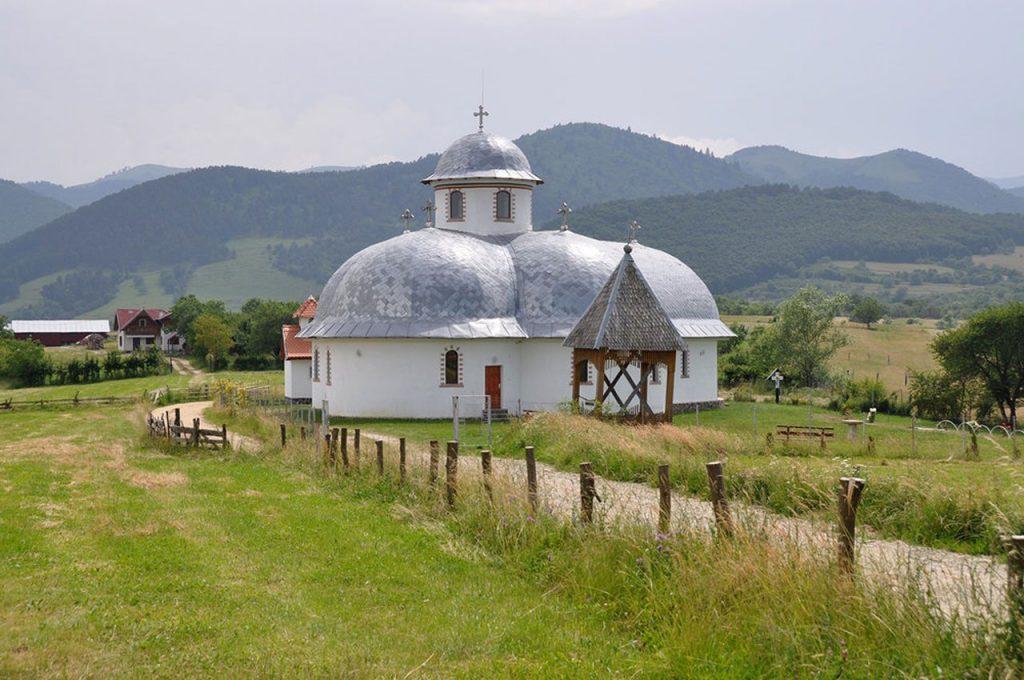 Church+countryside+near+Sibiu+Romania